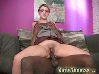 Katie грати з a величезний чорна пеніс