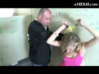 Teruk si rambut perang gadis getting bergari faraj rubbed dengan baton giving menghisap zakar untuk yang keselamatan guard dalam yang awam toilette