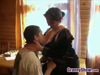 Buclatý babička getting někteří čurák v ji