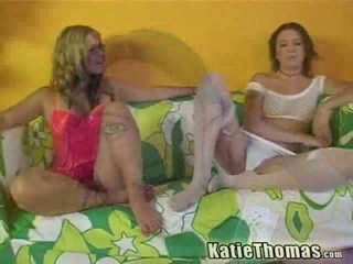 Bionda e bruna ragazze having interrazziale tre