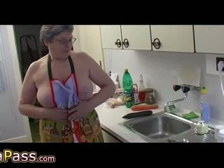 Bà nội masturbate tóc rậm âm hộ dùng dương vật giả và cucumb