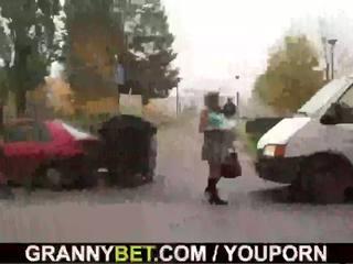 Молодий dude picks вгору 60 years старий проститутка