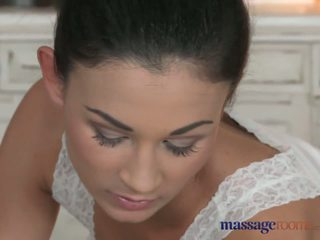 Masaje rooms pequeñita perfecta bodied lesbianas has profundo finger g-spot orgasms
