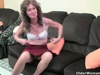 英国の おばあちゃん vikki とともに 彼女の saggy ティッツ finger fucks 彼女の 毛深い 女