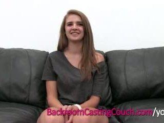Jovem grávida mestre cocksucker mia em sala de arrumos casting sofás
