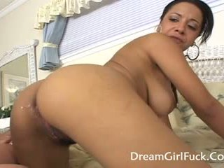 Misti 爱 - 大 奶 女同志 欣赏 licking 的阴户
