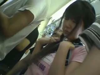 Miniseelik koolitüdruk käperdatud sisse rong