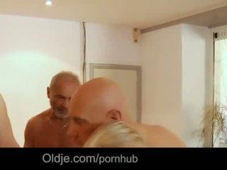 Seven grandpas gabg bangs sexig ung blondin vid en möte