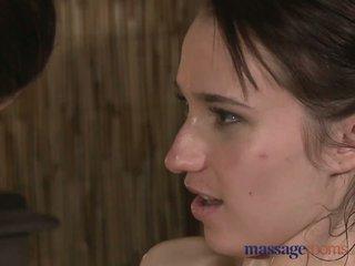 Masažas rooms two jaunas brunetės gauti išteptas aliejumi į viršų už dalis karštas lesbietiškas malonumas