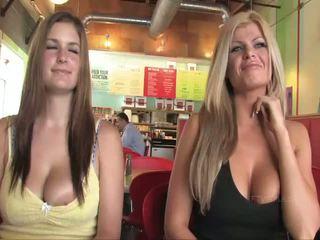 Taryn và danielle busty babes công khai flashing ngực