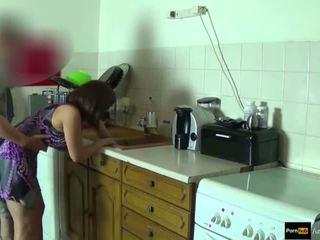 Step-mom forță inpulit și obține creampie de step-son în timp ce ea este stuck