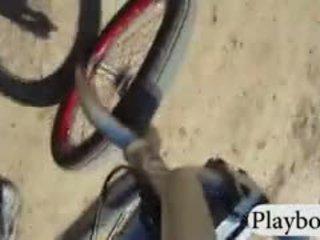 Badass playmates sandboarding και biking ενώ όλα γυμνός