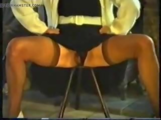 Hårete eldre pees sitting på en stool, porno 77
