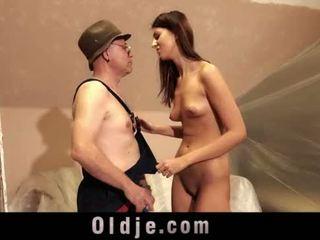 老 男人 和 年轻 高 女孩 性别 玩