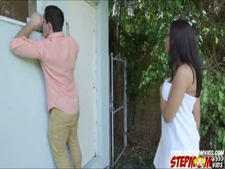 Peeping tom ends 向上 他妈的 她的 巨乳 gf 和 她的 继母