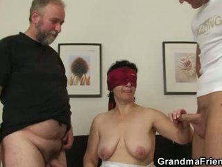 Mladý človek joins starý pár