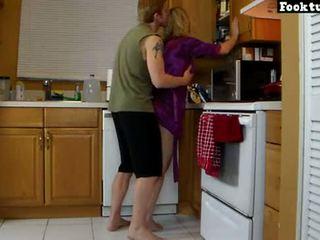 Mami lets bir ashensor të saj dhe bluaj të saj nxehtë bythë deri ai cums në e tij pantallona të shkurtëra