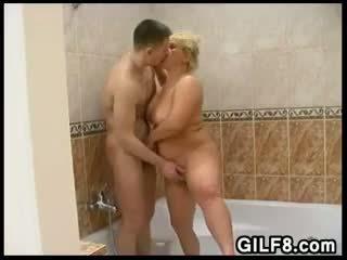Шега с а блондинки баба в на баня