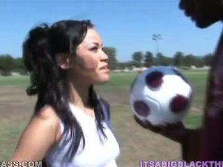 Sporty peach jayla starr having je ljubezen po nogomet s oustanding črno zonker