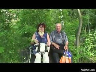 おばあちゃん と おじいちゃん ファック アウトドア