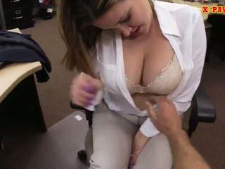 Foxy obrovský prsia obchod dáma screwed hore pre peniaze