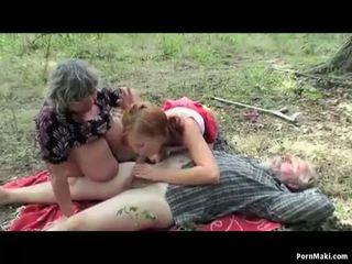 Krūtinga senelė having malonumas į the miškas
