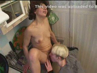 Rusinje mama in sin igranje v kuhinja