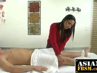 Veliko oprsje azijke masseuse gives glava