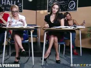 Απίστευτος μελαχρινός/ή κορίτσι του σχολείου seduces αυτήν Καυτά ξανθός/ιά classmate