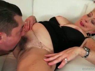Grasso nonna enjoying caldi sesso su il divano