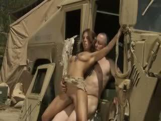 Excited jadra holly receives körd hård och cummed av an armén soldier