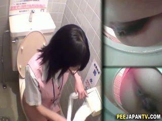 Azijietiškas kūrva pees į tualetas