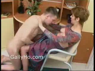 Māte piespiedu līdz jāšanās viņai dēls