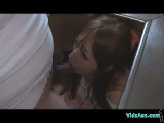 Asiatiskapojke flicka getting henne mun och fittor körd medan standing cum till röv i den köks