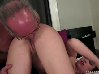 Angelina brill fucks an पुराने gentleman