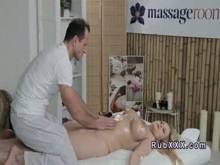 Uriaș tittied blonda gets masaj