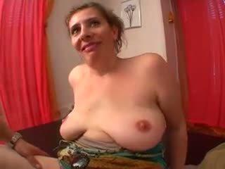 Saldas māte ar flabby saggy bumbulīši & guy
