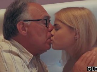18 yo κορίτσι φιλιά και fucks αυτήν βήμα μπαμπάς σε του υπνοδωμάτιο
