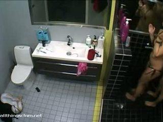 Φιλανδικό κορίτσι σε μπικίνι soaps επάνω γυμνός/ή boyfriend