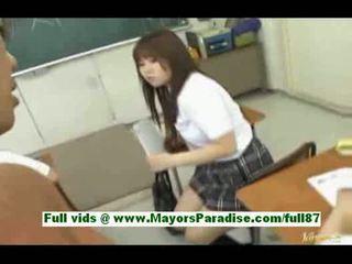 Млад азиатки ученичка в на класна стая gets а духане а синигер