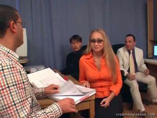 Sekretärin expiriencing gruppe sex bei die büro