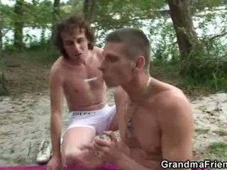 Dia takes two terangsang dicks di luar
