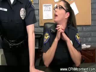 La police frisk les pour rude dongs à sucer sur à la station