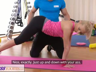 Fitnessrooms bendy blondinka bends over for her personal trainer