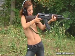 Shooting guns rapat oleh beberapa avid fool