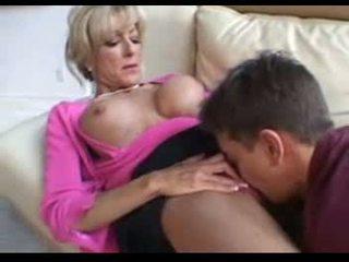 Este madura mujeres fucks un younger hombre en un sillón