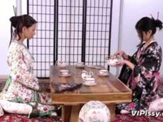 أقرن geisha sluts spray كل آخر مع warm piss و استعمال