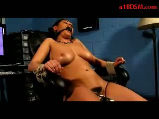 Meitene mouthgag tied līdz krēsls getting viņai vāvere stimulated ar vibrātors having orgasms