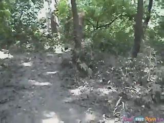 Tania has un pecorina quickie in il foresta
