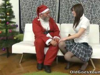 পুরাতন santa clause gives তরুণ বালিকা একটি gift